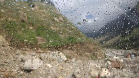 Regentropfen auf Packwagenfrontglas stockfoto