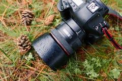 Regentropfen auf wasserdichter dslr Fotokamera Stockbild