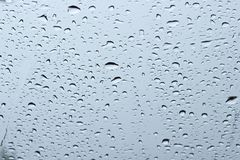 Regentropfen auf Windfangglas Stockbilder