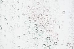 Regentropfen auf Windschirm stockbild