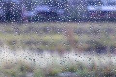 Regentropfen auf Windschutzscheibe mit ländlichem Lizenzfreies Stockfoto