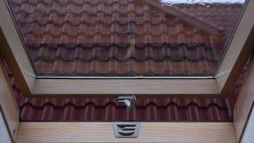 Regentropfen, die auf Glasdachfenster fallen stock video footage