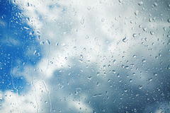 Regentropfen, die hinunter die Fensterscheibe laufen Lizenzfreie Stockfotos