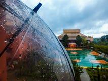 Regentropfen, die von einem Regenschirm fallen Lizenzfreies Stockfoto