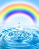 Regentropfen, die in Wasser fallen Stockfoto