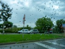 Regentropfen in einer Straße lizenzfreie stockfotografie