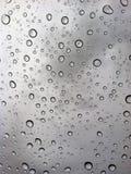 Regentropfen gegen einen bewölkten Himmel Stockbilder