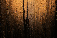 Regentropfen im Fensterglas stockbild