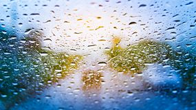 Regentropfen ist Hindernis des Fahrens des Tauchers zur Sicherheit Stockbild
