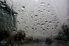 Regentropfen noch auf Autoglas Stockfoto
