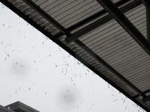 Regentropfen vom Dach am regnerischen Tag Fokus auf den Regentropfen an Stockfoto
