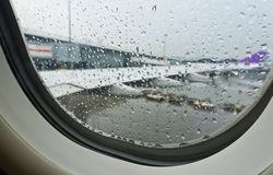 Regentropfen vom Fensterplatz innerhalb des Flugzeuges Lizenzfreies Stockfoto