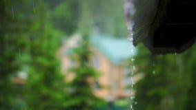 Regentropfenfänger vom Dach Langsame Bewegung stock video footage