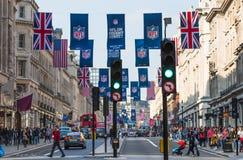 Regentstraat met Britse vlaggen wordt verfraaid die Veel mensen het lopen en vervoer op de weg Londen, het UK Royalty-vrije Stock Fotografie