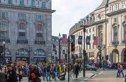 Regentstraat met Britse vlaggen wordt verfraaid die Veel mensen het lopen en vervoer op de weg Londen, het UK Stock Foto