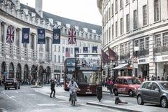 Regentstraat met Britse vlaggen wordt verfraaid die Veel mensen het lopen en vervoer op de weg Londen, het UK Stock Afbeeldingen