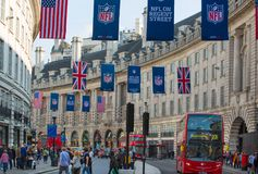 Regentstraat met Britse vlaggen wordt verfraaid die Veel mensen het lopen en vervoer op de weg Londen, het UK Royalty-vrije Stock Afbeelding