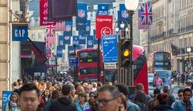 Regentstraat met Britse vlaggen wordt verfraaid die Veel mensen het lopen en vervoer op de weg Londen, het UK Stock Foto's