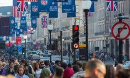 Regentstraat met Britse vlaggen wordt verfraaid die Veel mensen het lopen en vervoer op de weg Londen, het UK Stock Afbeelding