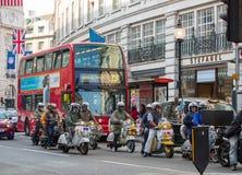 Regentstraat met Britse vlaggen wordt verfraaid die Veel mensen het lopen en vervoer op de weg Londen, het UK Royalty-vrije Stock Foto