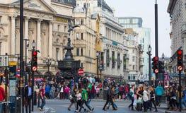 Regentstraat met Britse vlaggen wordt verfraaid die Veel mensen het lopen en vervoer op de weg Londen, het UK Stock Fotografie