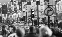Regentstraat met Britse vlaggen wordt verfraaid die Veel mensen het lopen en vervoer op de weg Londen, het UK Royalty-vrije Stock Foto's
