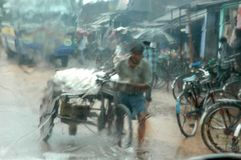 Regenursachenwasser, das Kolkata anmeldet Stockfotografie