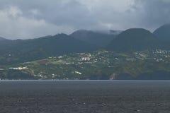 Regenvoorzijde over eiland in Caraïbische Zee martinique stock foto's