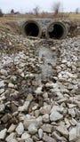 Regenwasser: Nebenfluss im Land Lizenzfreie Stockfotos