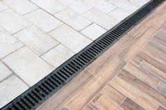 Regenwasserableitung auf einem Bürgersteig Stockbilder