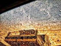 regenwater aan het autoraam in de middag wordt geplakt die stock afbeelding