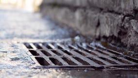 Regenwater die in het systeem van de rioleringsdrainage vallen stock video
