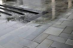 Regenwater op straatsteen Royalty-vrije Stock Afbeeldingen