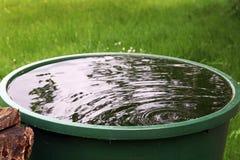 Regenwater van het regenvat Stock Afbeeldingen