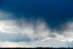 Regenwolk, close-up, stortbui tegen de achtergrond van de de zomerhemel Textuur De regen komt uit de wolk Royalty-vrije Stock Afbeeldingen