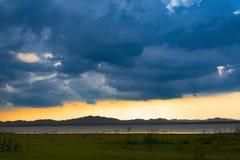 Regenwolk over het meer royalty-vrije stock fotografie
