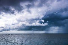 Regenwolk over het overzees tussen het onweer en het zonlicht Royalty-vrije Stock Fotografie