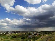 Regenwolke über dem Dorf Lizenzfreies Stockbild