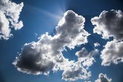 Regenwolke im hellen Sonnenschein Stockbild