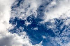 Regenwolke im hellen Sonnenschein Stockfotos