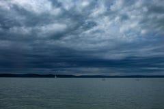 Regenwolken über Balaton Seesegelboot auf dem Wasser Lizenzfreie Stockfotos