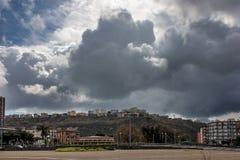 Regenwolken über der Stadt Stockbild