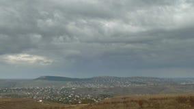 Regenwolken über Kleinstadt, Zeitspanne stock video footage