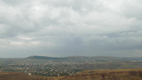 Regenwolken über Kleinstadt, Zeitspanne stock footage