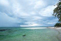 Regenwolken auf der Küste Stockfoto