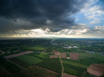 Regenwolken, bevor Luftbildfotografienatur regnerisches seaso geregnet wird Lizenzfreie Stockfotografie