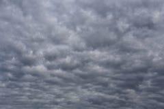 Regenwolken die zich in de hemel in concept klimaat vormen royalty-vrije stock foto's