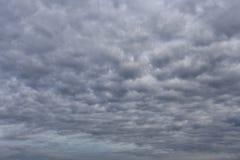 Regenwolken die zich in de hemel in concept klimaat vormen stock foto's