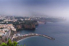 Regenwolken over de mooie Baai van Sorrento in Itali? stock fotografie