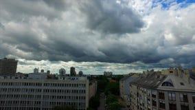 Regenwolken over Zagreb, Kroatië stock video